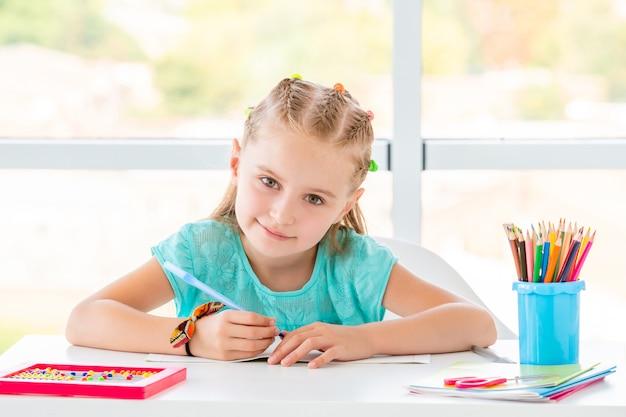 笑顔の学校の女の子