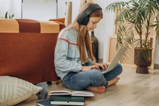 自宅で勉強している女子校生、遠隔教育