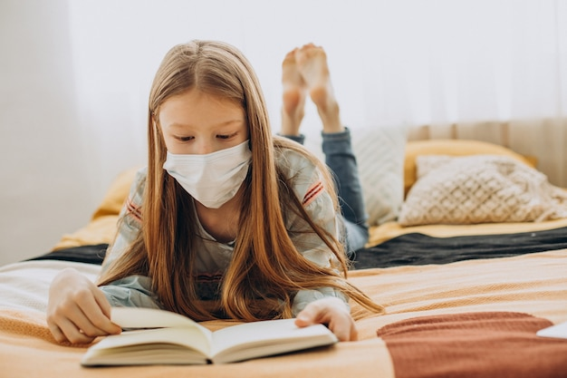 마스크를 쓰고 집에서 공부하는 여고생, 먼 학습