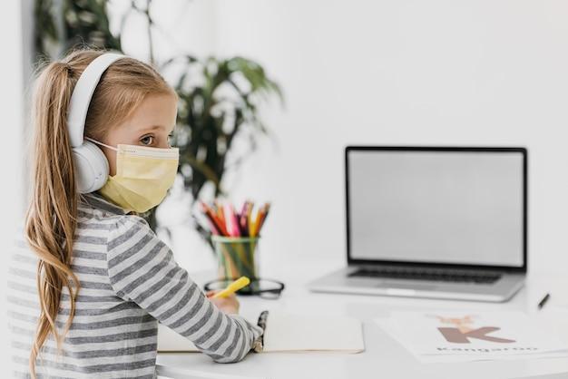Scuola ragazza che indossa le cuffie scuola virtuale