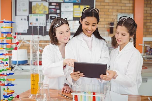 実験室でデジタルタブレットを使用して女子校生