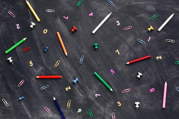 黒板に学校の道具