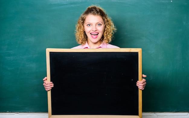 학교 정보 개념입니다. 긴급 속보. 학교 종 일정 정보입니다. 교사 쾌활 한 여자는 칠판 빈 복사 공간을 개최합니다. 이 정보를 기억하십시오. 숙제 정보. 학생들에게 알립니다.
