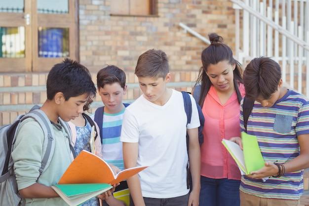 キャンパス内の教科書について議論する学校の子供たち