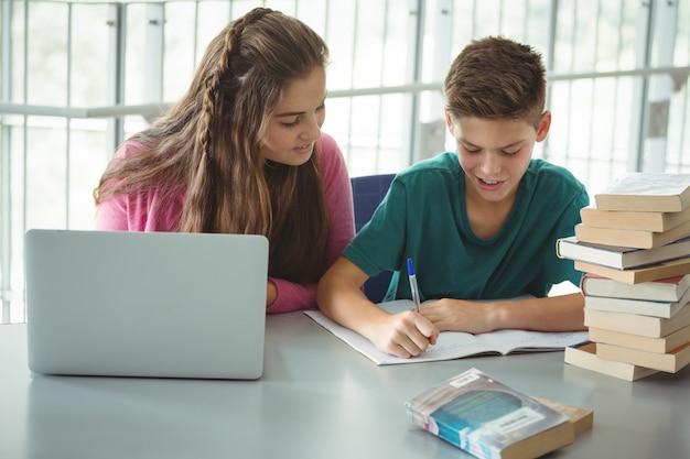 図書館で宿題をしている学校の子供たち