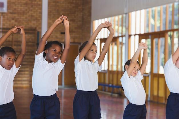농구 코트에서 운동하는 학교 애들