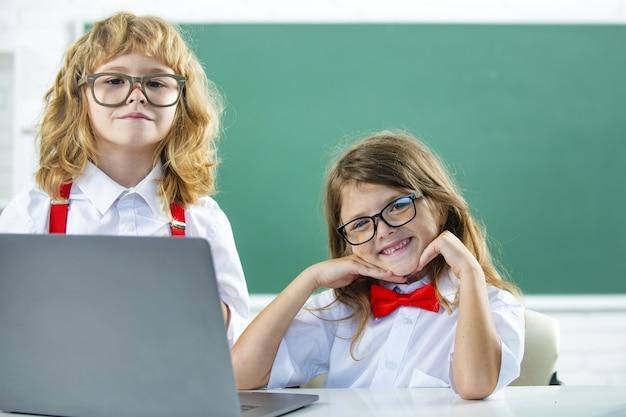 학교 아이들의 친구, 귀여운 소녀와 소년이 수업 중입니다.