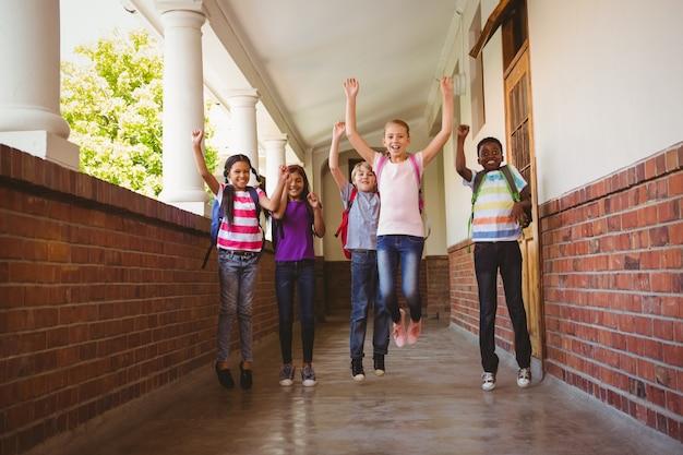 学校の廊下で走っている子供たち