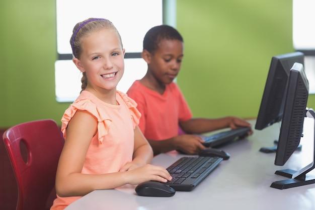 教室でコンピューターを使用して学校の子供たち