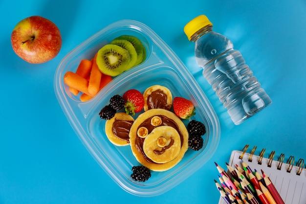 팬케이크, 신선한 과일 및 물 병 학교 도시락.
