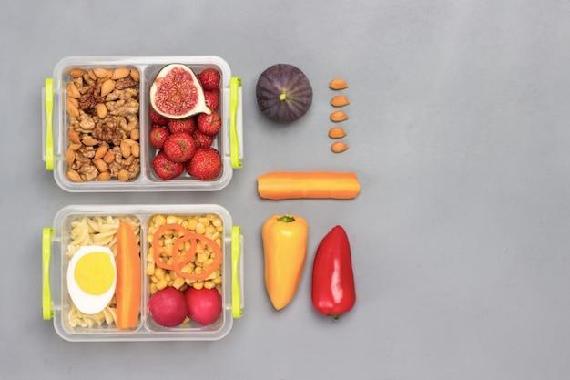 おいしい食べ物が入った学校給食箱