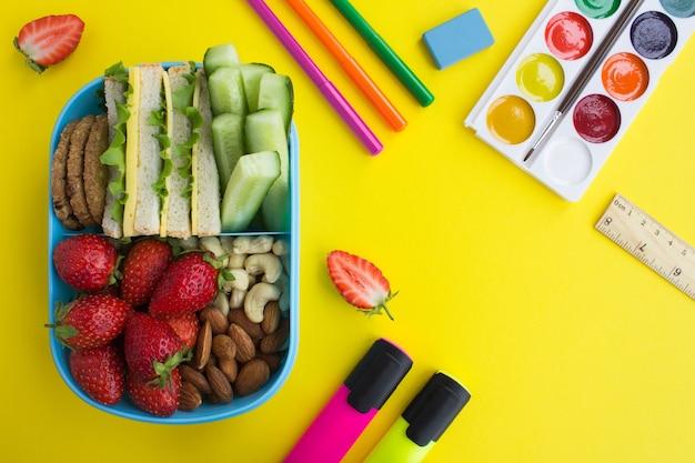 青いボックスと学校の文房具での学校給食。上面図。
