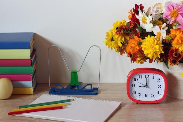 学校のモックアップが学校に戻る9月1日知識の日教師の日の教科書と花束秋の学校の静物