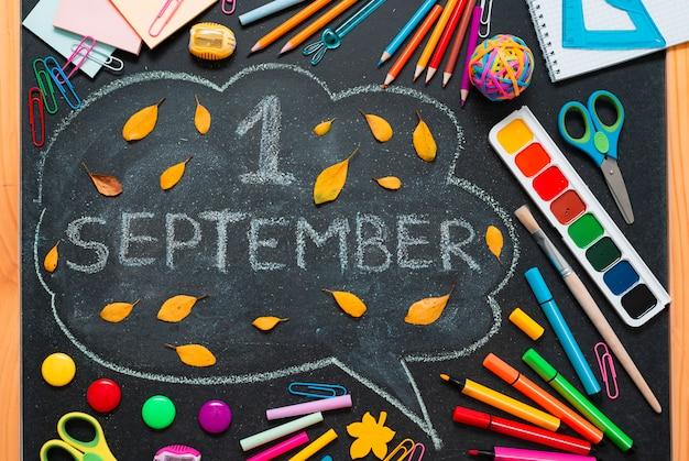 Школа разноцветные материалы, карандаши и нарисованные облака с копией пространства для текста.