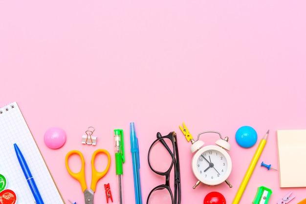 Школьный блокнот и канцелярские товары на розовом фоне обратно в школу абстрактный фон белый аль ...