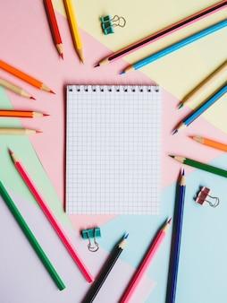 学校のノートと鉛筆。教育の概念