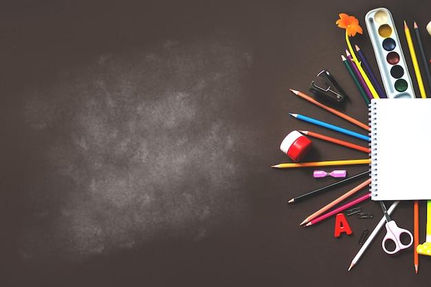 学校のノートや様々な文房具。学校のコンセプトに戻ります。学校や事務用品のフレーム。