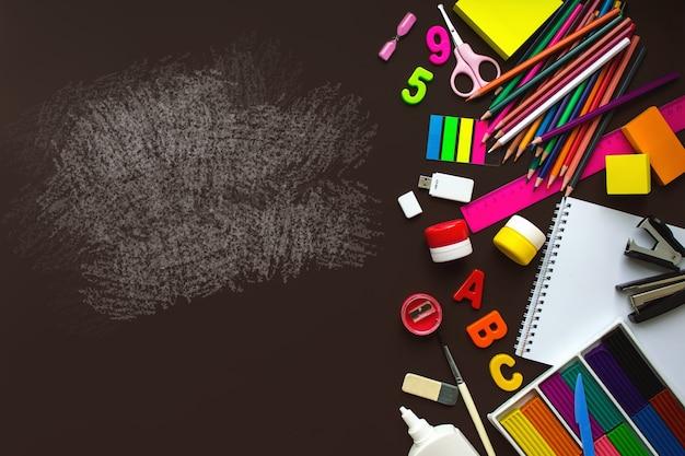 学校のノートや様々な文房具。学校のコンセプトに戻ります。学用品・事務用品フレーム