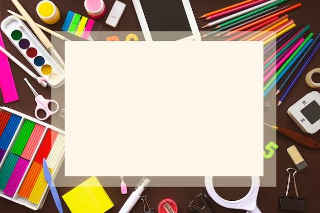 学校のノートや様々な文房具。テキスト用のスペースをコピーします。学校や事務用品のフレーム。
