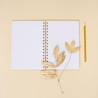 Школьный блокнот с пустыми страницами и карандашами, украшенными натуральными осенними листьями концепция осеннего образования