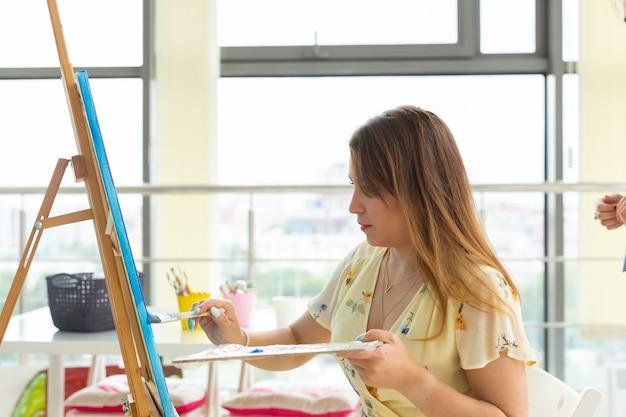 Школа искусств, колледж искусств, обучение в группе юных студентов.