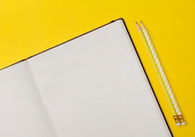 복사 공간 노란색 테이블에 학교 사무 용품.
