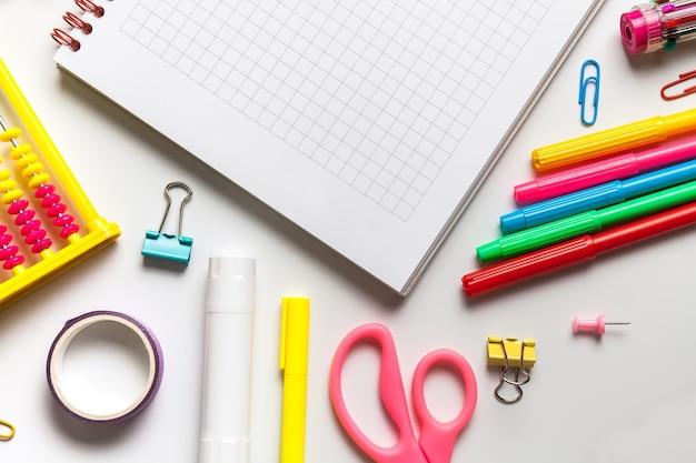 Школьные канцелярские товары на столе с копией пространства