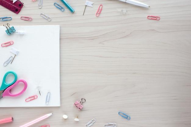 Школьные канцелярские товары на деревянных фоне. снова в школу концепции. белая доска с руками для копирования пространства. вид сверху готов для вашего дизайна.