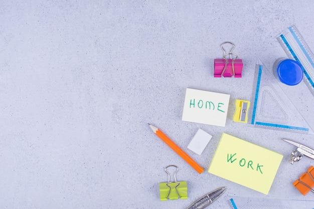 회색 스티커 메모와 함께 학교 또는 사무실 도구.