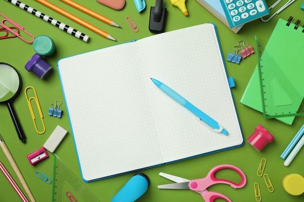 Школьные или учебные принадлежности на зеленом фоне