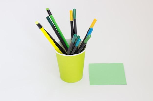 白い背景の上の学校の筆箱鉛筆