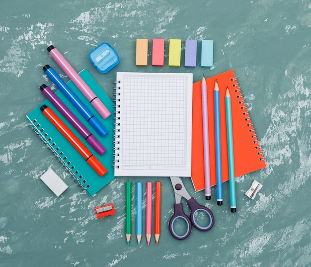 ノートブック、石膏背景上面の学用品の概念を再開する学校。