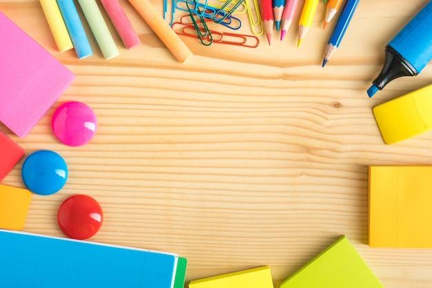 木製で撮影された学校の文房具スタジオ