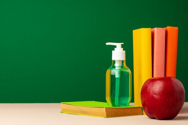 학교 문구 및 손 소독제. 코로나 바이러스 전염병 2020 동안 학교 개념으로 돌아 가기