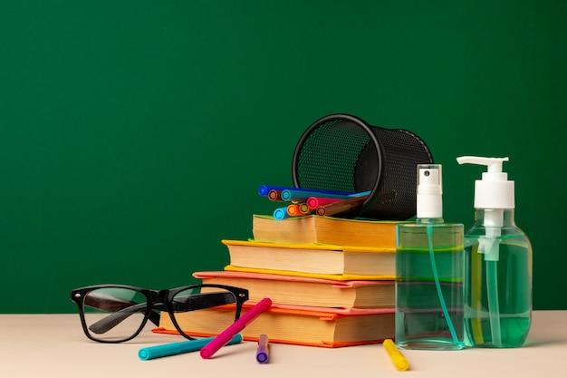 Школьные принадлежности и дезинфицирующее средство для рук