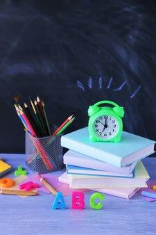학교 문구, 책, 알람 시계, 가정 학습 개념, 다시 학교로