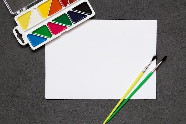 Школьные канцтовары, цветные карандаши, ручки, краски для школьного образования. снова в школу, скопируйте пространство.