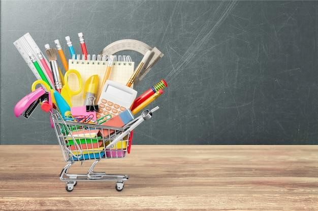 Состав школьных канцелярских принадлежностей в корзине