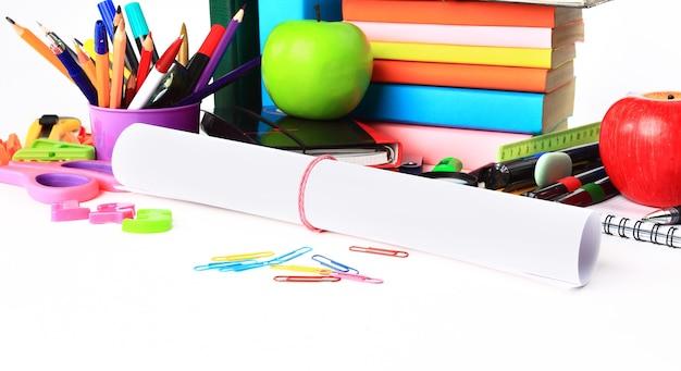 コピースペースで白の上に分離された学校の文房具