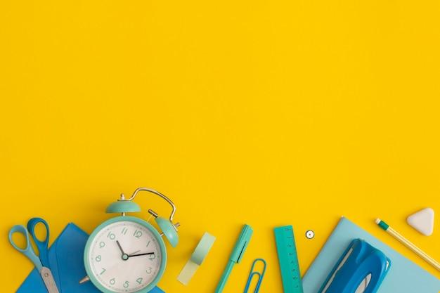 Школьные принадлежности на желтом фоне