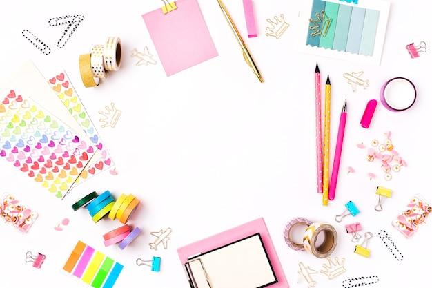 黒板フレーミングの学校の文房具。フラットレイ、トップビュートレンディな学校のコンセプトに戻ります。