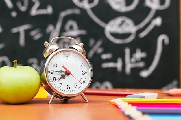 Школьный натюрморт, будильник, яблоко, школьная доска, университет, колледж