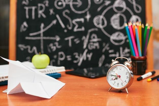 Школьный натюрморт, будильник, канцелярские товары, школьная доска, университет, колледж