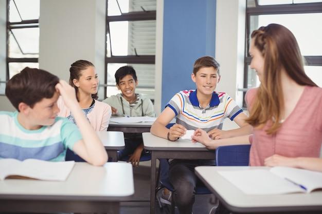 教室内で密かに伝票を渡す生徒