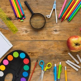 円で育った学校用品とリンゴ