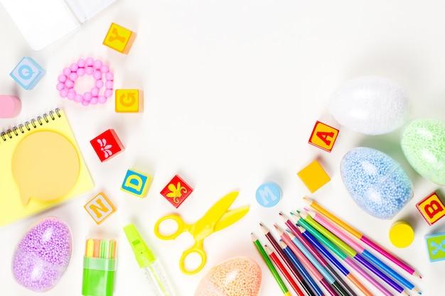 白いデスクトップ上の子供のための学用品や芸術的なツール。コピースペース