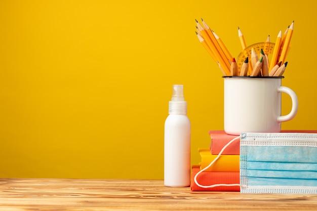 학교 용품 및 책상에 의료 얼굴 마스크, 복사 공간