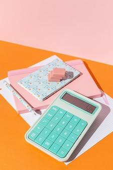 テーブルの上の学用品の配置