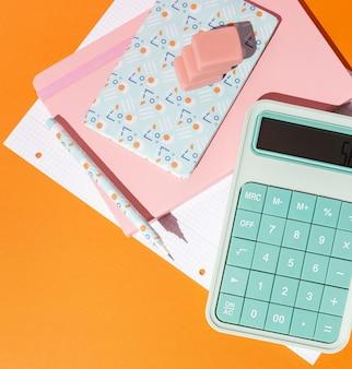 Disposizione dei rifornimenti di scuola sul tavolo