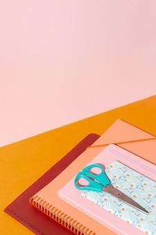 テーブルの上の学用品の品揃え